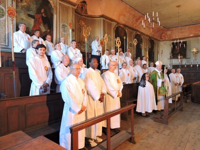 ceremonie-dinstallation-du-nouveau-chapelain-et-du-nouveau-recteur-de-la-confrerie-des-penitents-blancs-du-puy-26-fevrier-2017-chers-amis-le-pere-louis-comte-a-ete-aumonier-de-la-confrerie-de-1977-date-de-sa-nomination-comme-recteur-de-la-cathedral